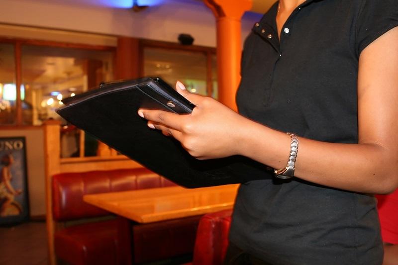 Devenir hôtesse professionnelle : les parcours